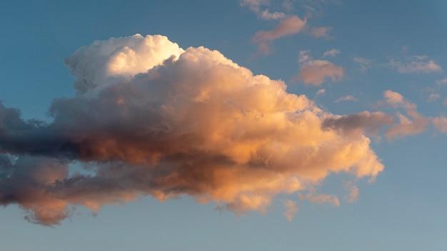 Hermosas nubes naturales en el cielo durante el día.