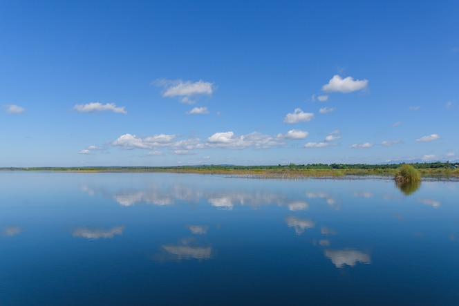 Hermosas nubes que se reflejan en los humedales del mundo.