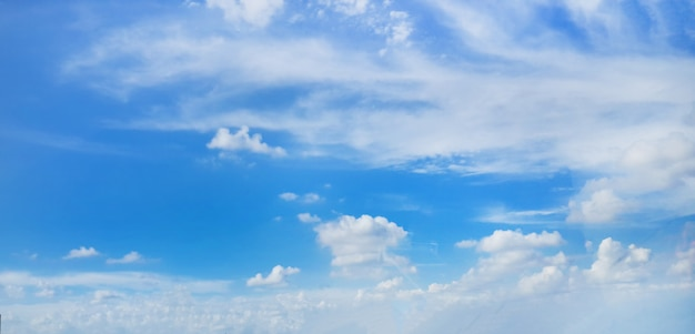 Hermosas nubes sobre fondo de cielo azul
