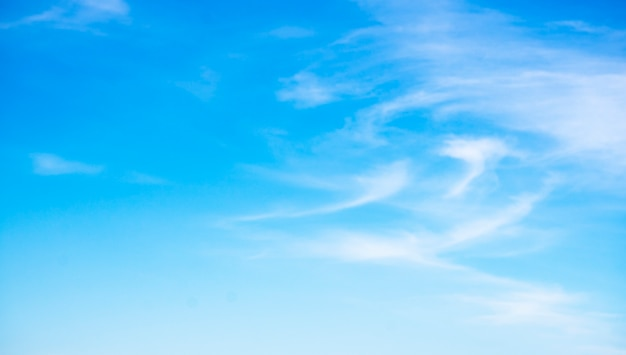 Hermosas nubes sobre fondo de cielo azul.