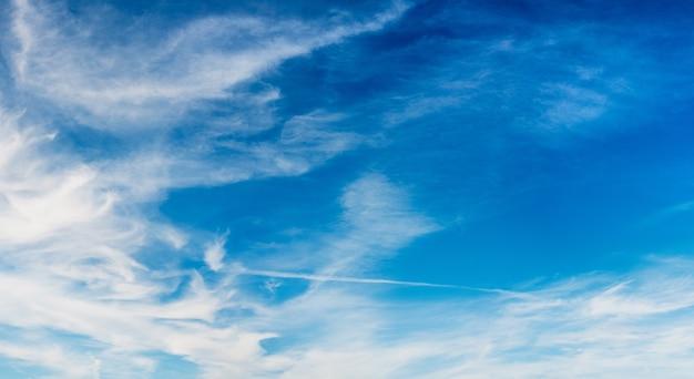 Hermosas nubes suaves en el cielo azul