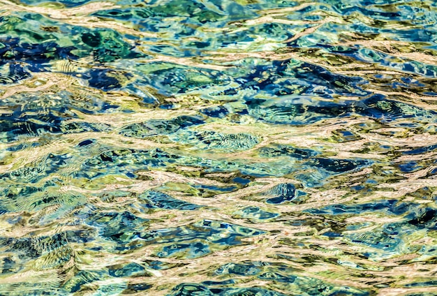 Hermosas olas en la superficie del mar capturadas en la provincia de dubrovnik, croacia