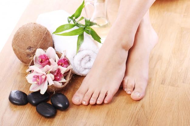Hermosas piernas y diferentes artículos de spa.