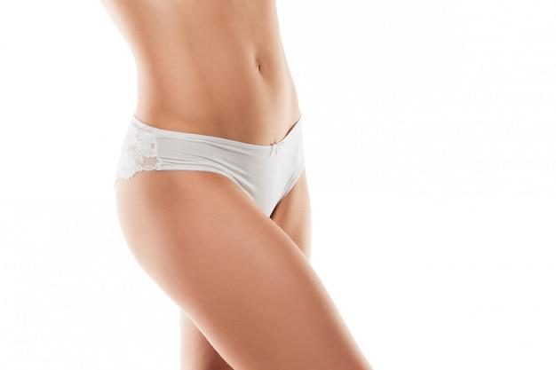 Hermosas piernas femeninas aisladas en blanco. concepto de belleza y fitness