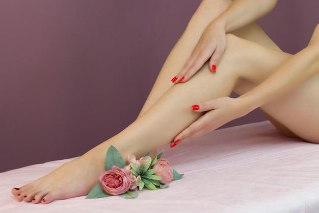 Hermosas piernas femeninas bien cuidadas. cuidado de los pies. depilación del vello de las piernas.