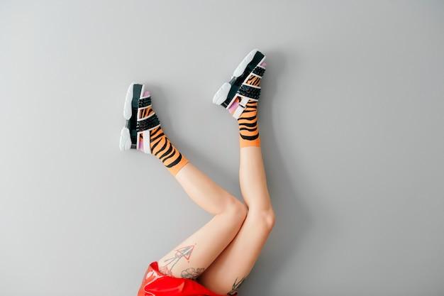 Hermosas piernas femeninas en calcetines coloridos y zapatos de moda