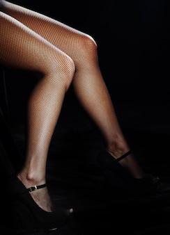 Hermosas piernas femeninas en pantimedias
