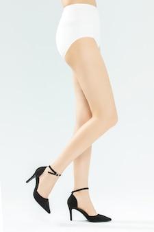 Hermosas piernas en tacones altos
