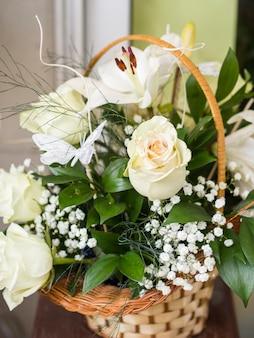 Hermosas rosas blancas en una canasta