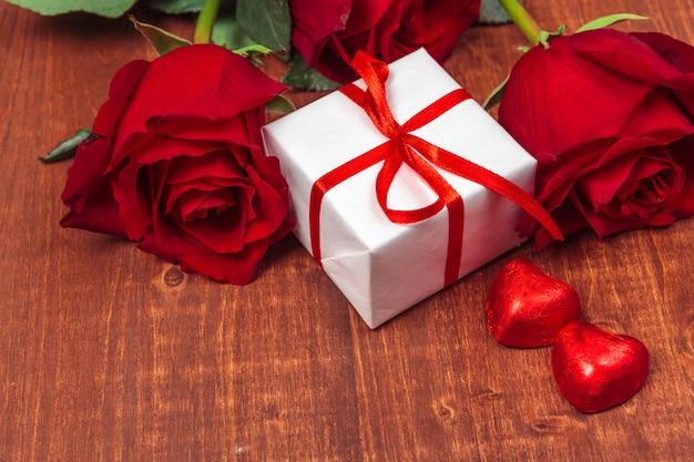 Hermosas rosas y caja de regalo