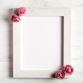 Hermosas rosas en marco de madera simple