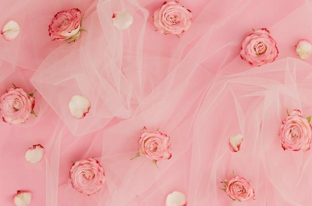 Hermosas rosas sobre tela de tul