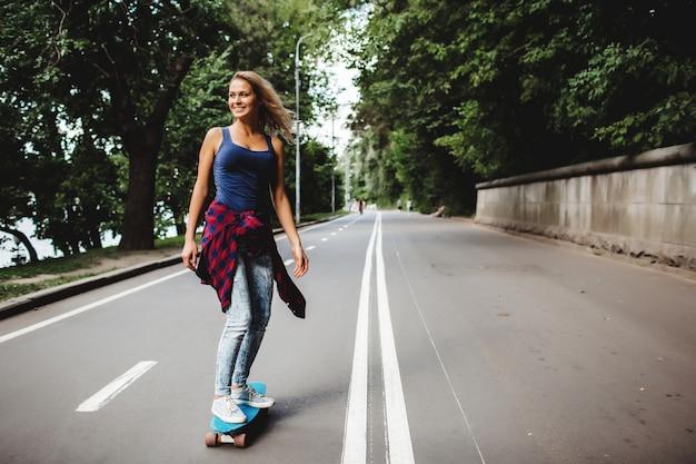 Hermosas rubias patines en el parque