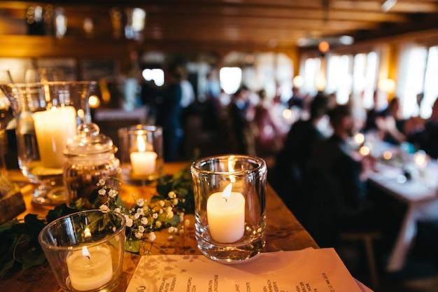 Hermosas velas en el restaurante.