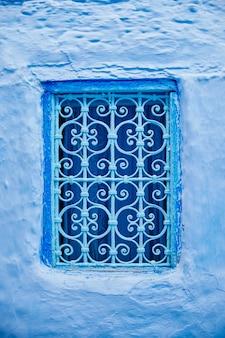 Hermosas ventanas azules de la antigua ciudad medina