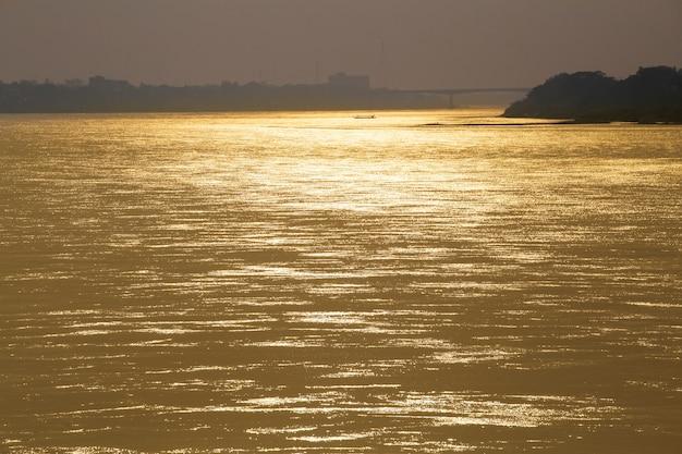 Hermosas vistas del río mekong en el crepúsculo.