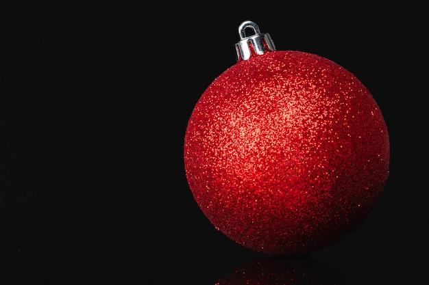 Hermoso adorno de navidad de cerca sobre un fondo rojo oscuro