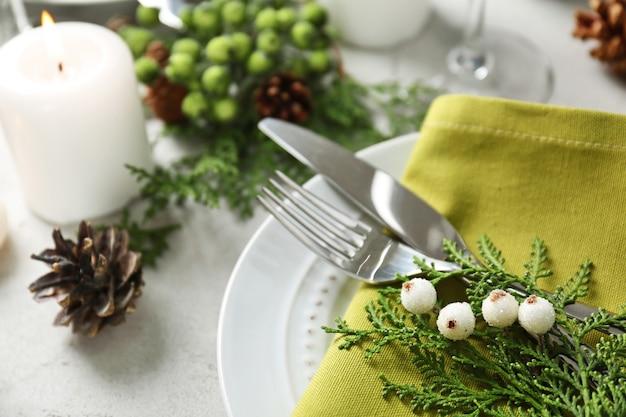 Hermoso ajuste de la mesa de navidad con adornos