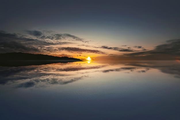 Hermoso amanecer en el océano