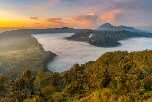 Hermoso amanecer en el paisaje de montaña