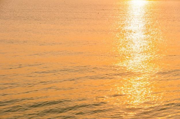 Hermoso amanecer en la playa y el mar.