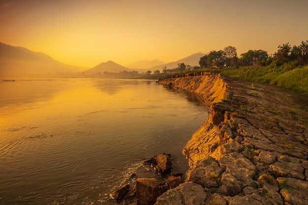 Hermoso amanecer en el río mekong en chiang khan, frontera de tailandia y laos, provincia de loei, tailandia.