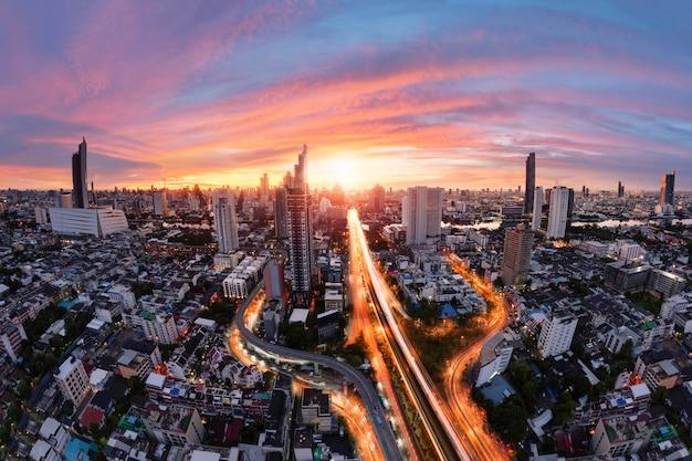 Hermoso amanecer sobre la ciudad