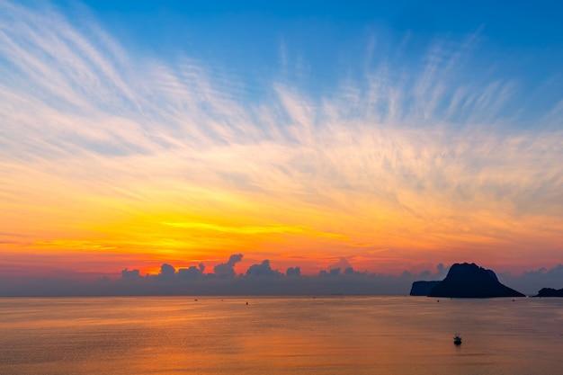 Hermoso amanecer sobre el mar en la provincia de prachuap khiri khan, al sur de tailandia