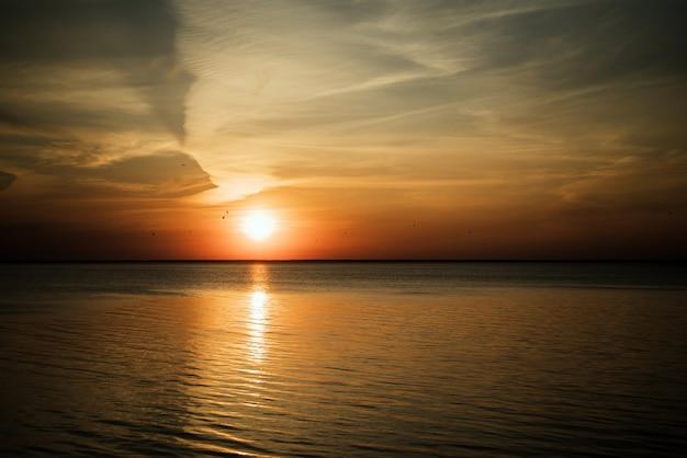 Hermoso amanecer del sol sobre el mar.