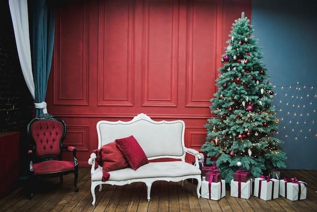 Hermoso año nuevo decorado interior clásico de la casa