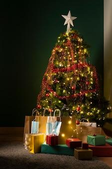 Hermoso árbol de navidad con espacio de copia