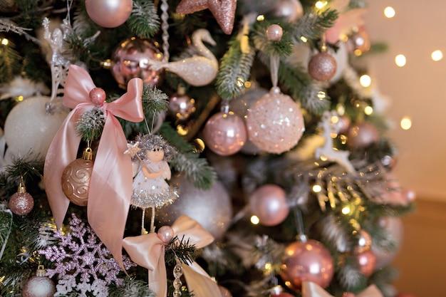 Hermoso árbol de navidad, juguetes y una guirnalda. feliz navidad.