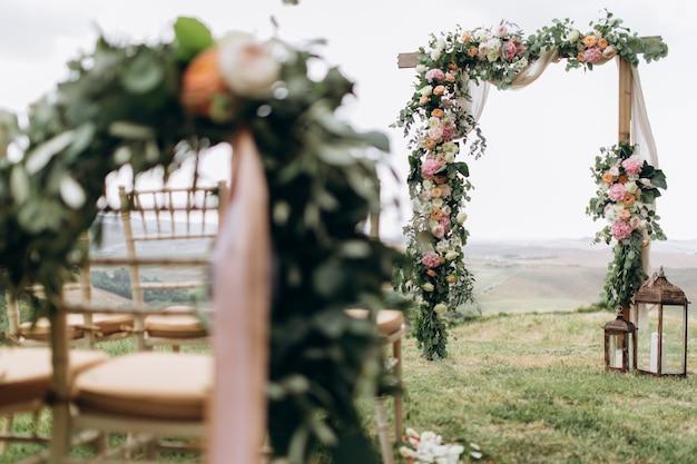 Hermoso arco decorado con eucaliptos y diferentes flores frescas.