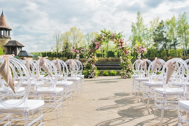 Hermoso arco floral para ceremonia de boda
