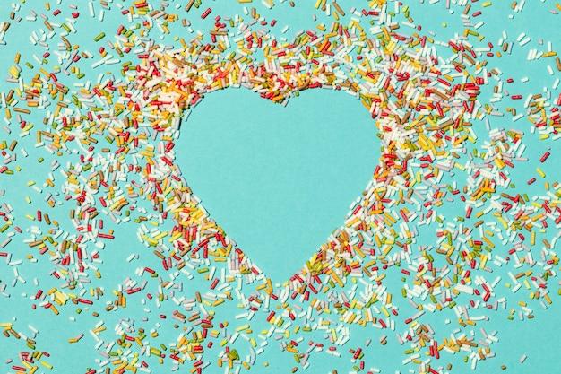 Hermoso arreglo de amor aislado en azul