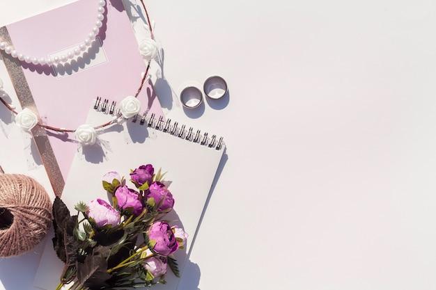 Hermoso arreglo con anillos de boda y espacio de copia