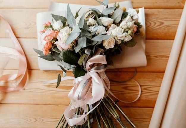 Hermoso arreglo floral en mesa de madera