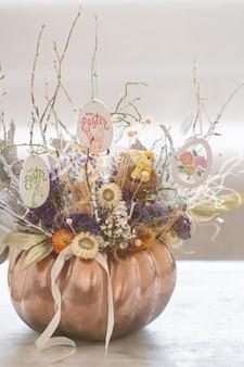 Hermoso arreglo floral de pascua con huevos y flores de primavera.