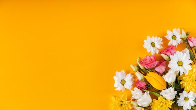 Hermoso arreglo de flores de primavera con espacio de copia