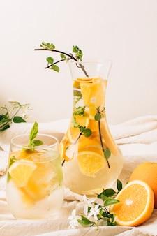 Hermoso arreglo con jugo de naranja en garrafa.