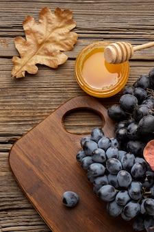 Hermoso arreglo otoñal con miel y uvas