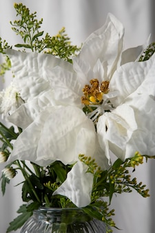 Hermoso arreglo de poinsettia blanco