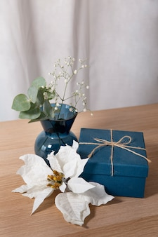 Hermoso arreglo de poinsettia con regalo