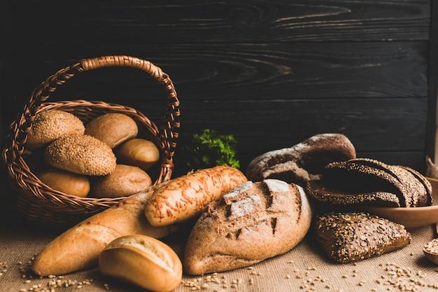 Hermoso arreglo de surtido de pan fresco