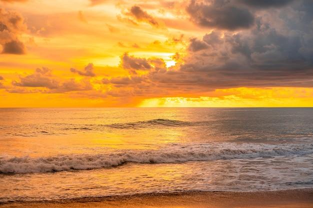 Hermoso atardecer dorado glorioso y hora dorada sobre el mar en la noche
