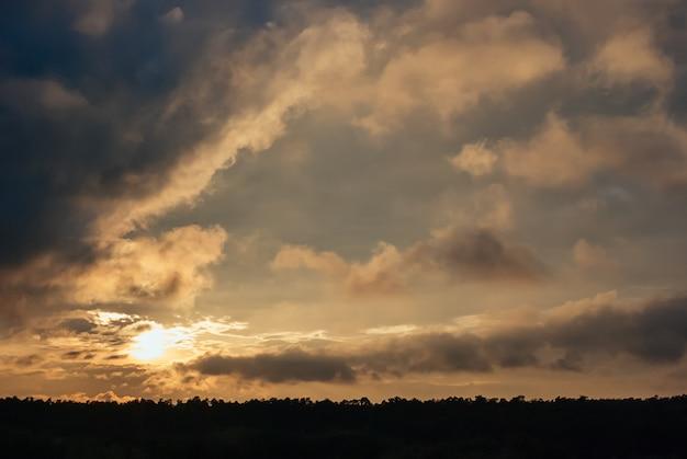 Hermoso atardecer panorámico cielo dorado con nubes
