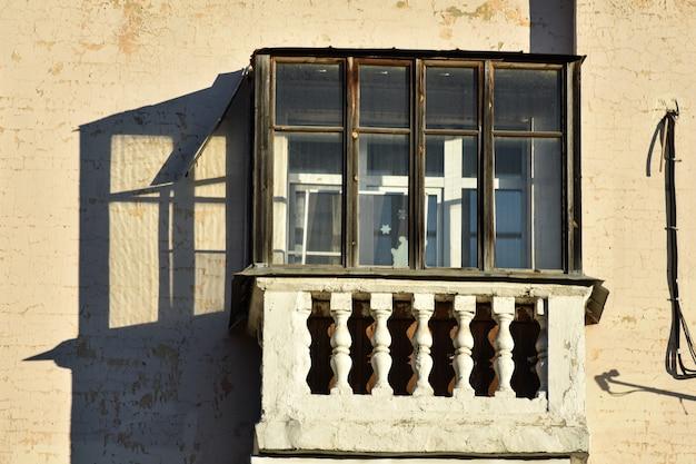 Hermoso balcón antiguo en la casa