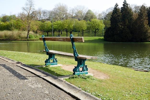 Hermoso banco del parque