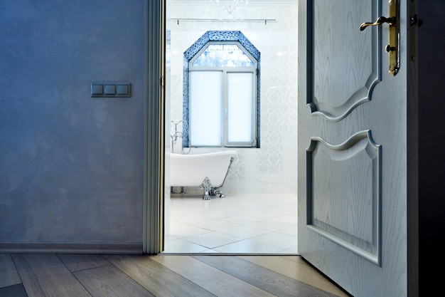 Hermoso baño moderno interiora. arquitectura de interiores. ver a través de puertas abiertas