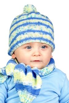 Hermoso bebé cálido con sombrero